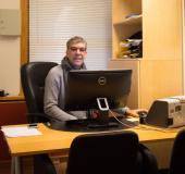 Haydar Abbas er kontorleder, og jobber i resepsjonen på skolen.